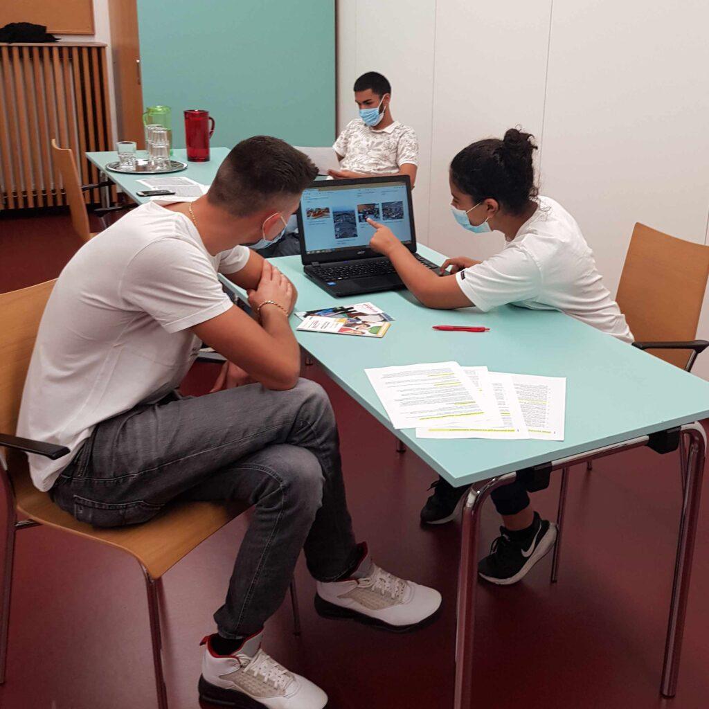 Jugendliche beraten Jugendliche bei einem Berufsorientierungsworkshop beim Verein Zeit!Raum