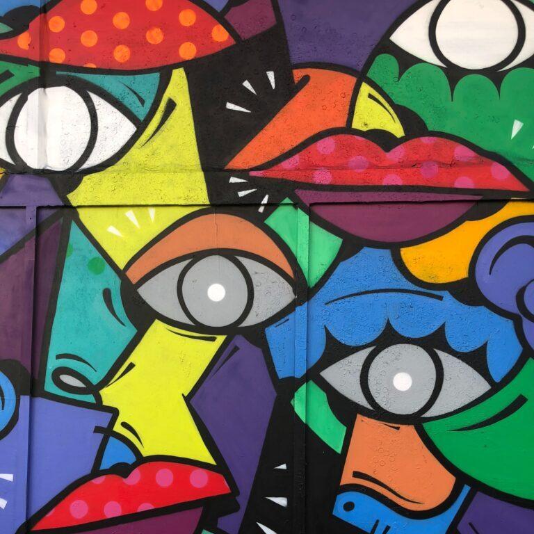 Bunte Farben wie bei einer Grafitti-Wand zeigen Augen und Lippen